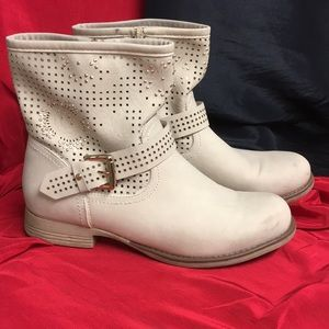 Via Pinky Collection cream Boots with gold studs